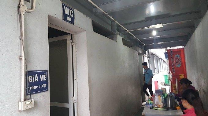 Phá cửa nhà vệ sinh công cộng, nhân viên chứng kiến cảnh đáng sợ - Ảnh 1