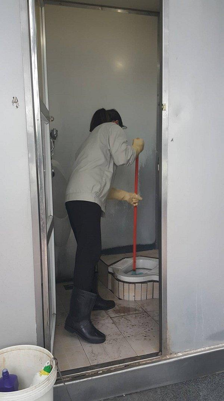 Phá cửa nhà vệ sinh công cộng, nhân viên chứng kiến cảnh đáng sợ - Ảnh 3