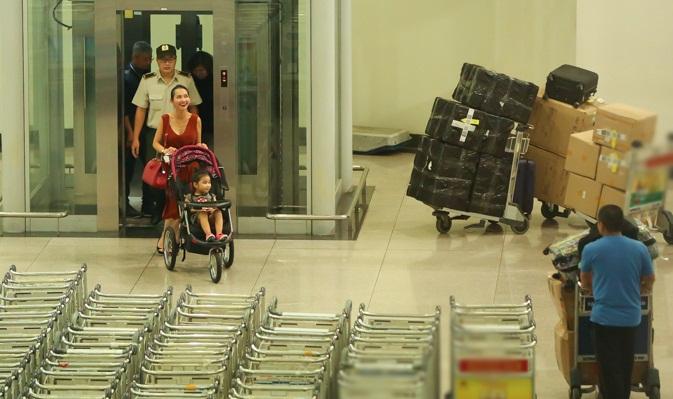 Cùng chồng con về nước, 'Út Ráng' Kim Hiền gặp ngay vấn đề này khi vừa xuống máy bay - Ảnh 2