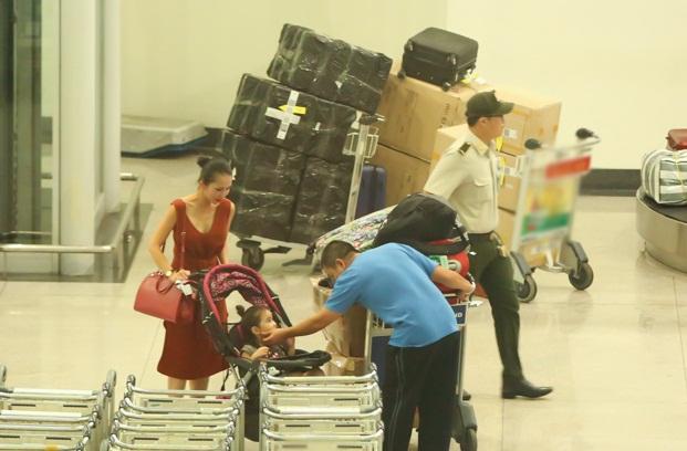 Cùng chồng con về nước, 'Út Ráng' Kim Hiền gặp ngay vấn đề này khi vừa xuống máy bay - Ảnh 3