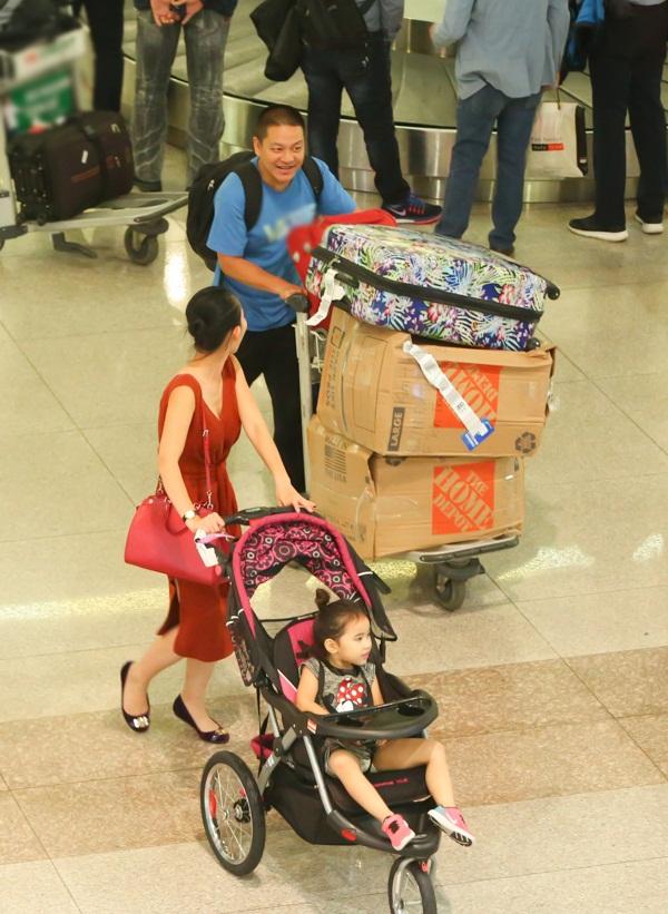 Cùng chồng con về nước, 'Út Ráng' Kim Hiền gặp ngay vấn đề này khi vừa xuống máy bay - Ảnh 4