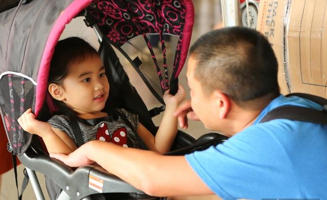 Cùng chồng con về nước, 'Út Ráng' Kim Hiền gặp ngay vấn đề này khi vừa xuống máy bay - Ảnh 5