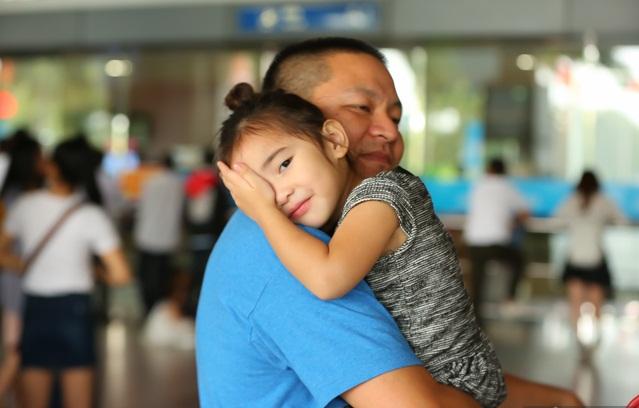 Cùng chồng con về nước, 'Út Ráng' Kim Hiền gặp ngay vấn đề này khi vừa xuống máy bay - Ảnh 8