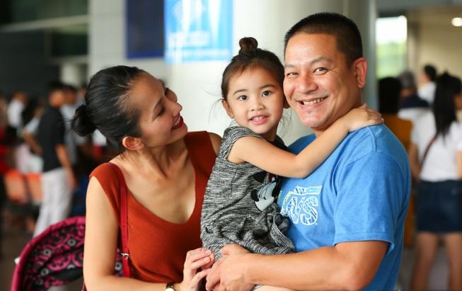 Cùng chồng con về nước, 'Út Ráng' Kim Hiền gặp ngay vấn đề này khi vừa xuống máy bay - Ảnh 9