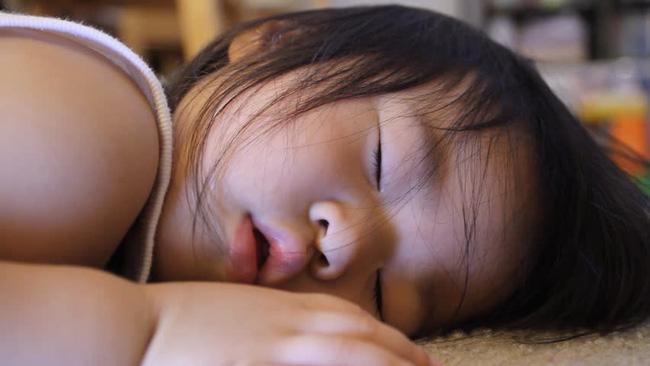 Đang ngủ trưa ở trường mẫu giáo, bé trai 5 tuổi miệng thâm đen, không thể thở và đột tử trong tích tắc - Ảnh 2