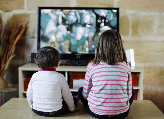 Cho trẻ xem tivi nhiều tưởng cha mẹ NHÀN hóa ra lại HẠI CON thế này, cha mẹ không biết sẽ ân hận - Ảnh 1