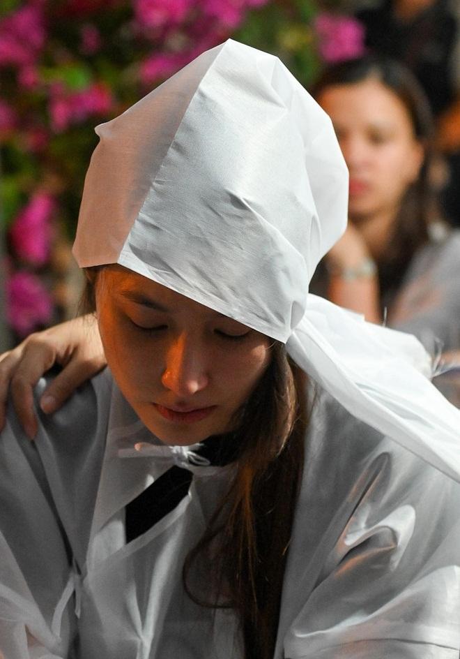 Mẹ mất chỉ sau 2 tuần nhập viện vì sốt, Diễm My khóc ngất trước linh cữu - Ảnh 4