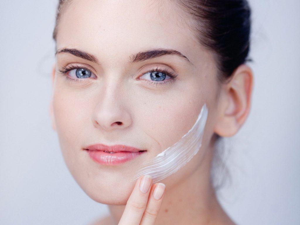 Thoa kem dưỡng ẩm đúng cách để chăm sóc da mặt tốt hơn