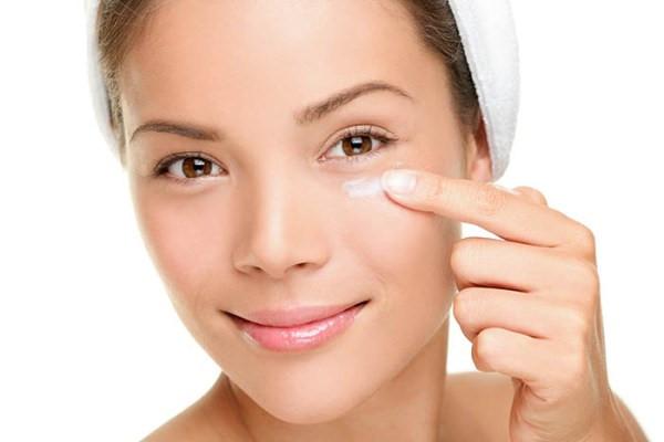 Đừng bỏ quên vùng mí mắt khi thoa kem dưỡng ẩm