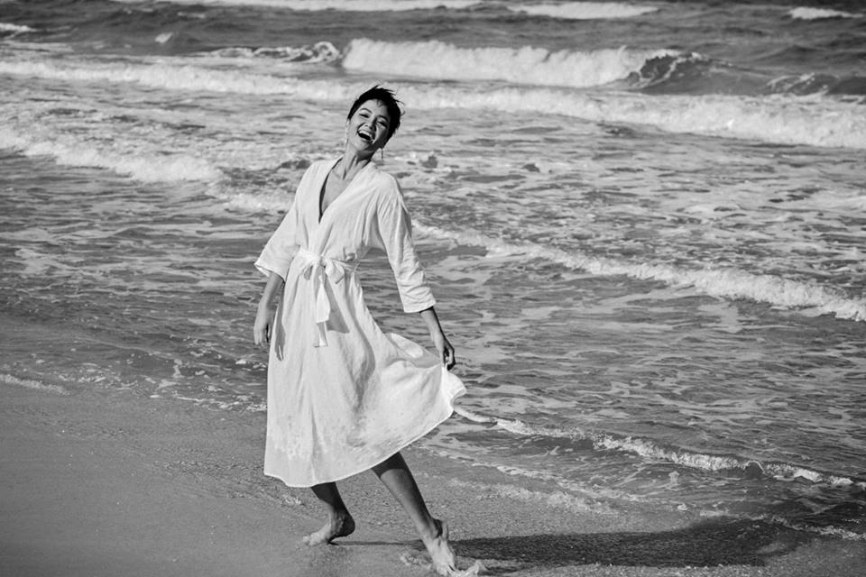 Tung ảnh mặc 'đồ ngủ' trên bãi biển, H'Hen Niê đẹp đến nao lòng khiến fan
