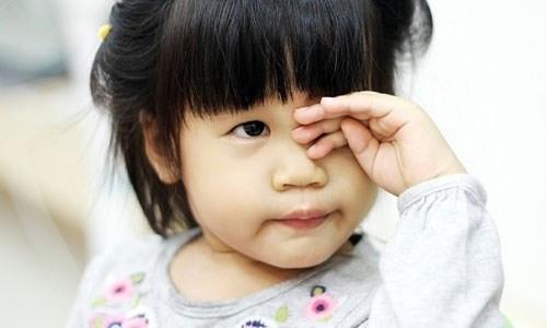 5 dấu hiệu mẹ cần cho con đi khám mắt nếu không muốn ân hận cả đời, nhất là điều thứ 3 - Ảnh 1