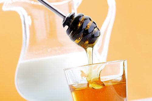 Bé trai 6 tháng tuổi tử vong vì uống mật ong 2 lần/ngày: Bác sỹ cảnh báo điều này, cha mẹ nắm lấy - Ảnh 1