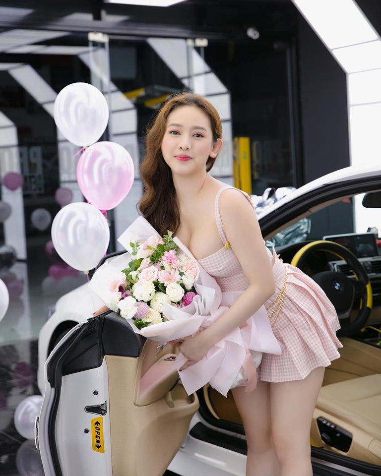 Hot girl Thúy Vi khoe vòng 1 đầy gợi cảm bên xe 2 tỷ, đáp trả tin đồn 'gái ngành' - Ảnh 4