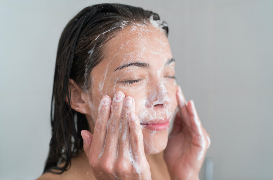 Những thói quen rửa mặt cần phải sửa ngay và luôn nếu muốn bảo vệ da tốt hơn - Ảnh 1
