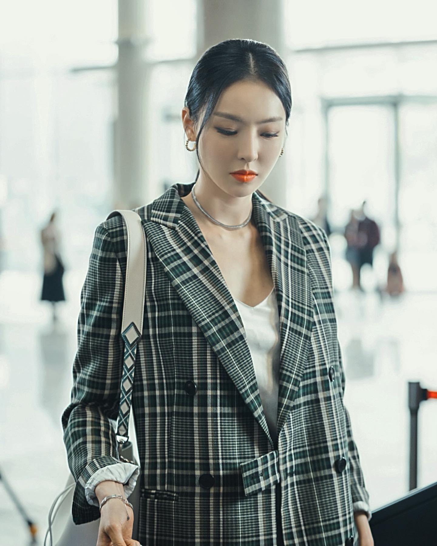 Phim Hàn gần đây có thể ảm đạm, nhưng thời trang trong đó vẫn là nguồn cảm hứng dạt dào cho chị em công sở - Ảnh 14