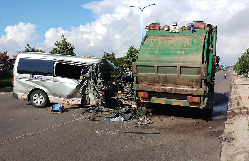 Tài xế chở 11 người buồn ngủ, tông mạnh xe rác đỗ ven đường ở Mũi Né - Ảnh 1