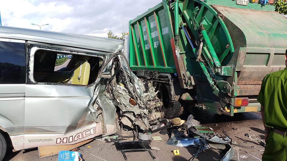 Tài xế chở 11 người buồn ngủ, tông mạnh xe rác đỗ ven đường ở Mũi Né - Ảnh 2