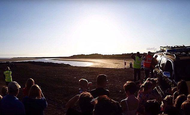 Cho con nô đùa chụp ảnh với vật thể lạ trên bãi biển, vài ngày sau cặp vợ chồng thót tim phát hiện sự thật, 2 đứa trẻ thoát chết thần kỳ - Ảnh 6
