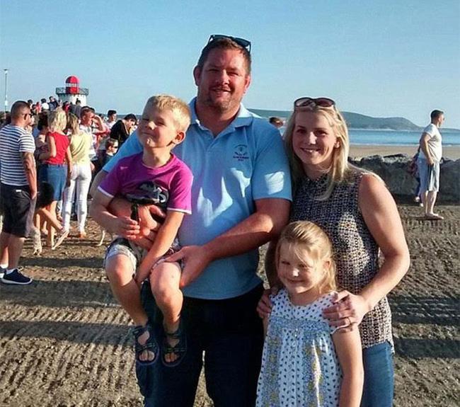 Cho con nô đùa chụp ảnh với vật thể lạ trên bãi biển, vài ngày sau cặp vợ chồng thót tim phát hiện sự thật, 2 đứa trẻ thoát chết thần kỳ - Ảnh 7