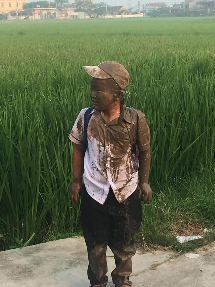 Đang yên đang lành thì 'đồng ruộng tự nhiên va vào người', cậu bé nâu từ đầu đến chân như thỏi socola đang chảy nước - Ảnh 3