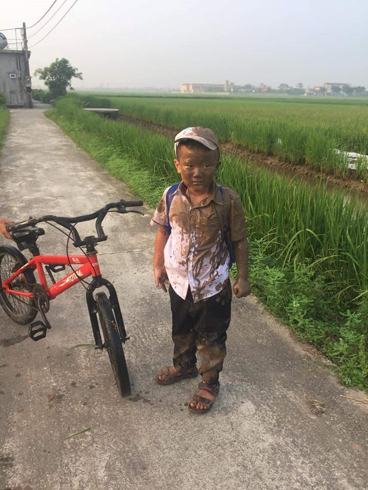 Đang yên đang lành thì 'đồng ruộng tự nhiên va vào người', cậu bé nâu từ đầu đến chân như thỏi socola đang chảy nước - Ảnh 4