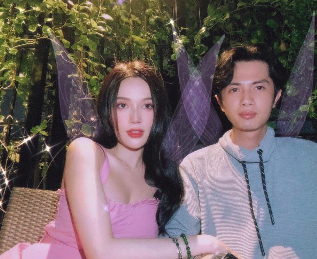 Sĩ Thanh tung loạt ảnh kỷ niệm 1 năm hẹn hò Huỳnh Phương, thế nào mà fan lập tức rần rần: 'Cưới nhanh thôi anh chị ơi'? - Ảnh 1