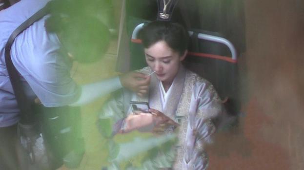 """""""Sóng gió"""" ảnh phim trường của Dương Mịch: Lườm nhân viên """"rách mắt"""", thản nhiên ngoáy mũi bất chấp hình tượng - Ảnh 1"""