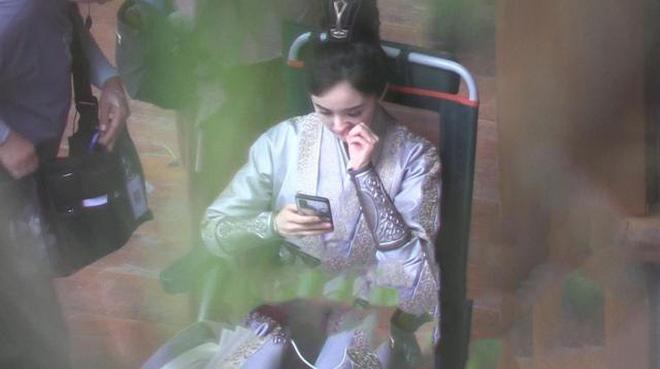 """""""Sóng gió"""" ảnh phim trường của Dương Mịch: Lườm nhân viên """"rách mắt"""", thản nhiên ngoáy mũi bất chấp hình tượng - Ảnh 6"""