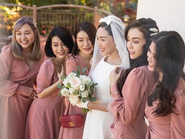 Dậy sóng hình nét căng hiếm hoi trong hôn lễ kín của Tóc Tiên: Nhan sắc cô dâu nổi bật giữa dàn phù dâu toàn hotgirl - Ảnh 1