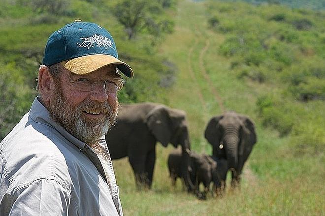 Vì sao đàn voi đi bộ 12 tiếng đến đưa tiễn một người qua đời, viếng mộ suốt 7 năm? - Ảnh 1