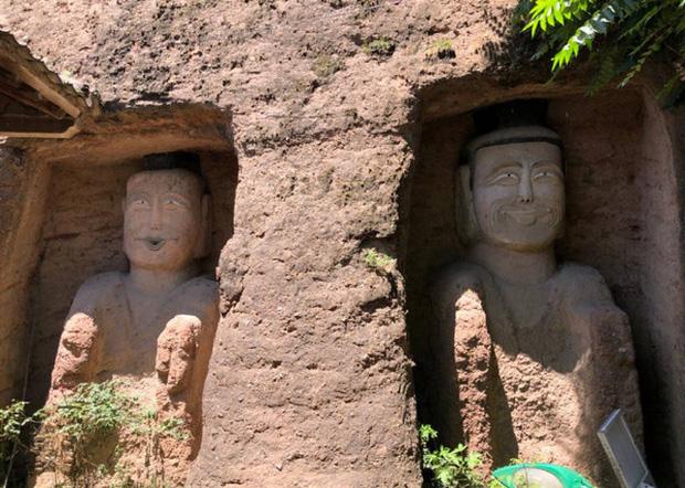 Xôn xao hình ảnh hai bức tượng Phật trong hang đá bất ngờ mỉm cười, nguyên nhân đằng sau khiến ai cũng ngỡ ngàng - Ảnh 1