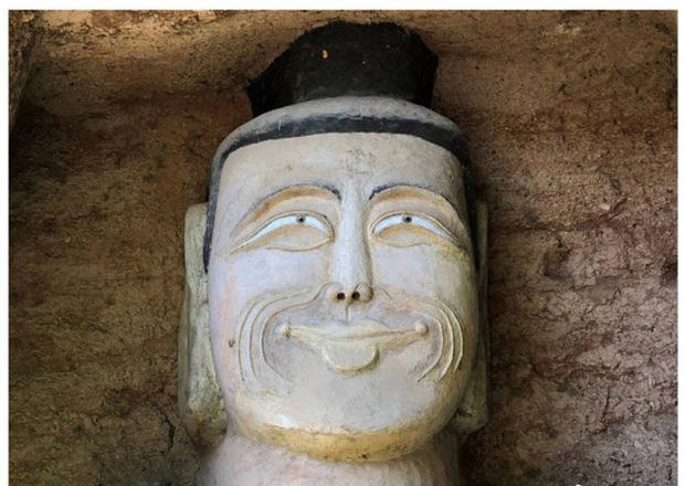 Xôn xao hình ảnh hai bức tượng Phật trong hang đá bất ngờ mỉm cười, nguyên nhân đằng sau khiến ai cũng ngỡ ngàng - Ảnh 2