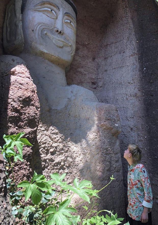 Xôn xao hình ảnh hai bức tượng Phật trong hang đá bất ngờ mỉm cười, nguyên nhân đằng sau khiến ai cũng ngỡ ngàng - Ảnh 3