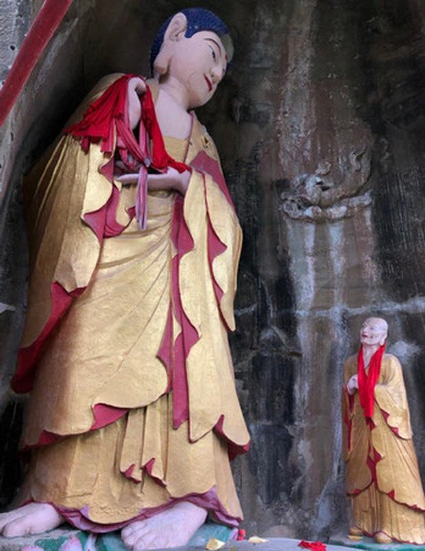 Xôn xao hình ảnh hai bức tượng Phật trong hang đá bất ngờ mỉm cười, nguyên nhân đằng sau khiến ai cũng ngỡ ngàng - Ảnh 4
