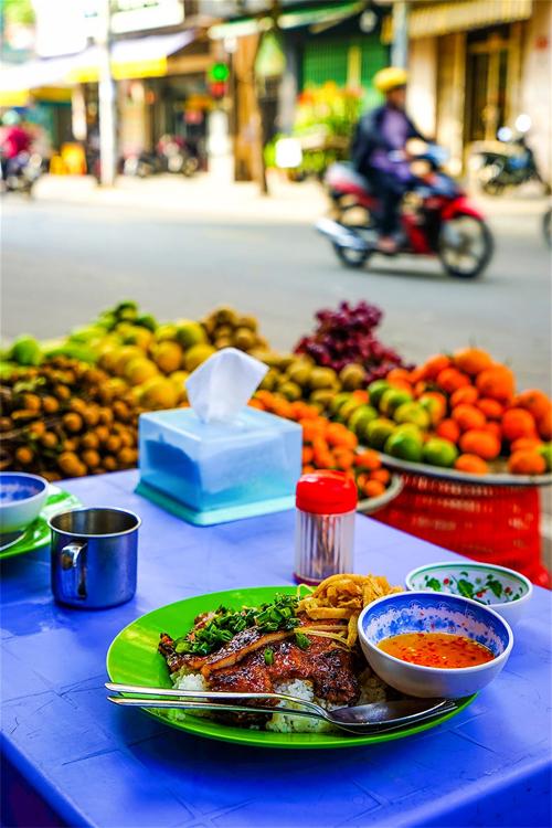Du khách nước ngoài: Ẩm thực đường phố Sài Gòn ăn một tháng không hết - Ảnh 2