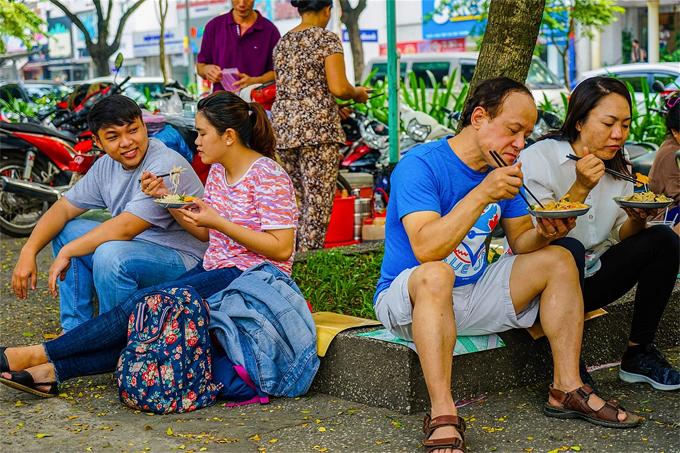 Du khách nước ngoài: Ẩm thực đường phố Sài Gòn ăn một tháng không hết - Ảnh 3