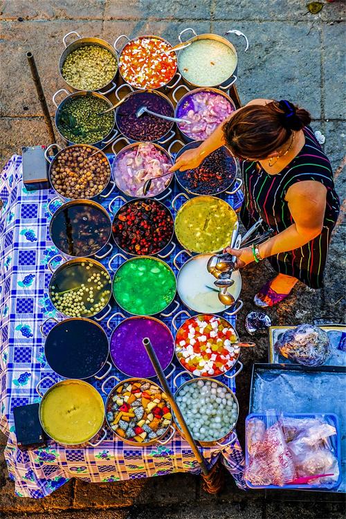 Du khách nước ngoài: Ẩm thực đường phố Sài Gòn ăn một tháng không hết - Ảnh 4