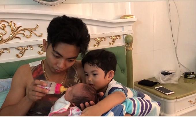 'Phát cuồng' với clip Phan Hiển cho con bú điêu luyện, Kubi ngồi kế bên hôn em gái thắm thiết - Ảnh 1