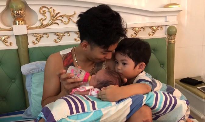 'Phát cuồng' với clip Phan Hiển cho con bú điêu luyện, Kubi ngồi kế bên hôn em gái thắm thiết - Ảnh 2