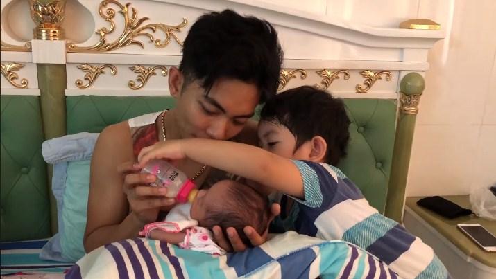 'Phát cuồng' với clip Phan Hiển cho con bú điêu luyện, Kubi ngồi kế bên hôn em gái thắm thiết - Ảnh 3