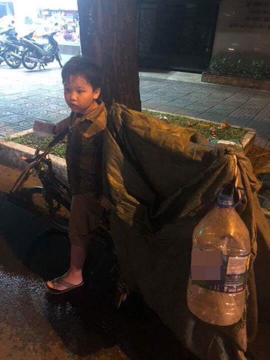 Bố mất sớm, mẹ bị tai nạn, bé trai 8 tuổi một mình nhặt ve chai kiếm tiền chữa bệnh cho mẹ và đóng học phí - Ảnh 4