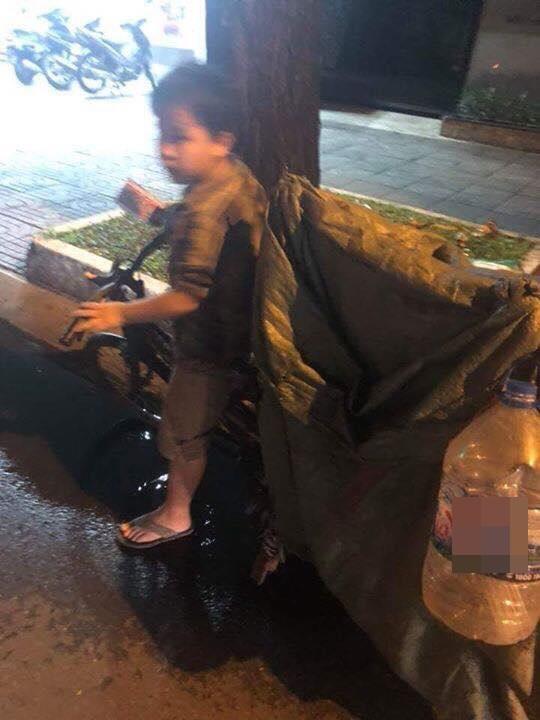 Bố mất sớm, mẹ bị tai nạn, bé trai 8 tuổi một mình nhặt ve chai kiếm tiền chữa bệnh cho mẹ và đóng học phí - Ảnh 1