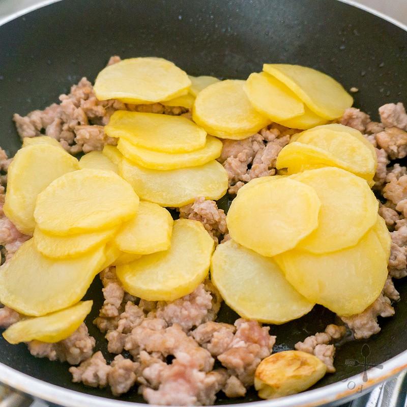 Bí quyết giúp làm món khoai tây xào thịt tuyệt ngon - Ảnh 4