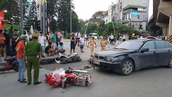 Vụ nữ tài xế BMW gây tai nạn kéo lê một cháu bé: Do vướng quai giày cao gót - Ảnh 1