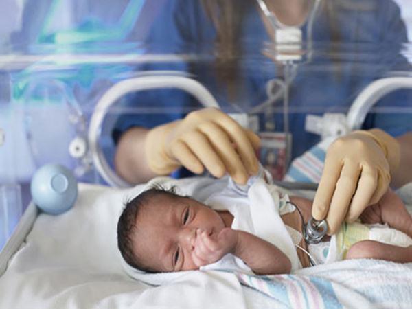 Bé sơ sinh tím tái toàn thân, không phản xạ, không khóc vẫn sống sót kỳ diệu - Ảnh 1