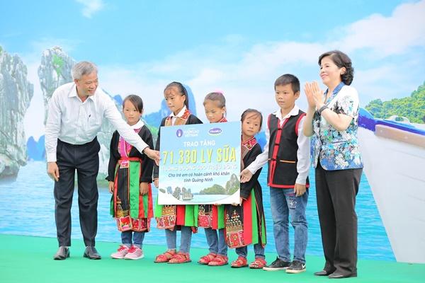 Lễ trao tặng Trường tiểu học & THCS đồng sơn và Quỹ sữa vươn cao Việt Nam trao tặng sữa cho gần 800 trẻ em tỉnh Quảng Ninh - Ảnh 2