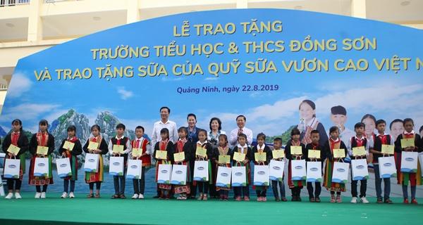 Lễ trao tặng Trường tiểu học & THCS đồng sơn và Quỹ sữa vươn cao Việt Nam trao tặng sữa cho gần 800 trẻ em tỉnh Quảng Ninh - Ảnh 3