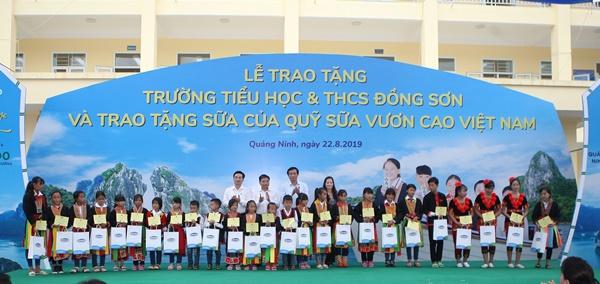 Lễ trao tặng Trường tiểu học & THCS đồng sơn và Quỹ sữa vươn cao Việt Nam trao tặng sữa cho gần 800 trẻ em tỉnh Quảng Ninh - Ảnh 4