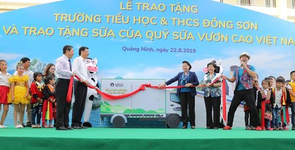 Lễ trao tặng Trường tiểu học & THCS đồng sơn và Quỹ sữa vươn cao Việt Nam trao tặng sữa cho gần 800 trẻ em tỉnh Quảng Ninh - Ảnh 5