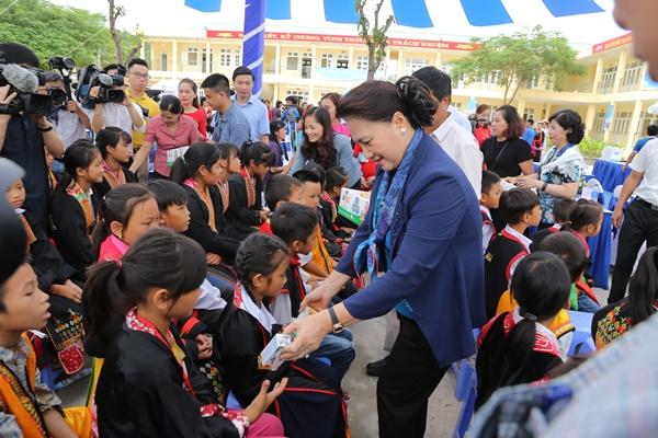 Lễ trao tặng Trường tiểu học & THCS đồng sơn và Quỹ sữa vươn cao Việt Nam trao tặng sữa cho gần 800 trẻ em tỉnh Quảng Ninh - Ảnh 6